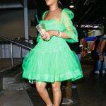 É aqui o desfile de roupas verdes tour? Rihanna hoje em Nova York 💚 https://t.co/VsWGVGSWpq