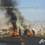 AHORA: Manifestantes encapuchados encienden barricadas frente la Unap #iquique - https://t.co/5u0VhgBbJd https://t.co/jV6P9IuVlE