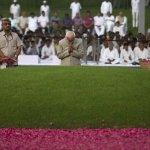 Shri Hamid Ansari, Smt. Sonia Gandhi & other dignitaries offering respects to Pt Nehru at his memorial in Shantivan https://t.co/XHxjhpgAmf