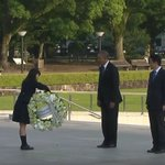 President Obama lies flowers at the cenotaph of Hiroshima Memorial Peace Park. #Hiroshima https://t.co/QLLt83Re19
