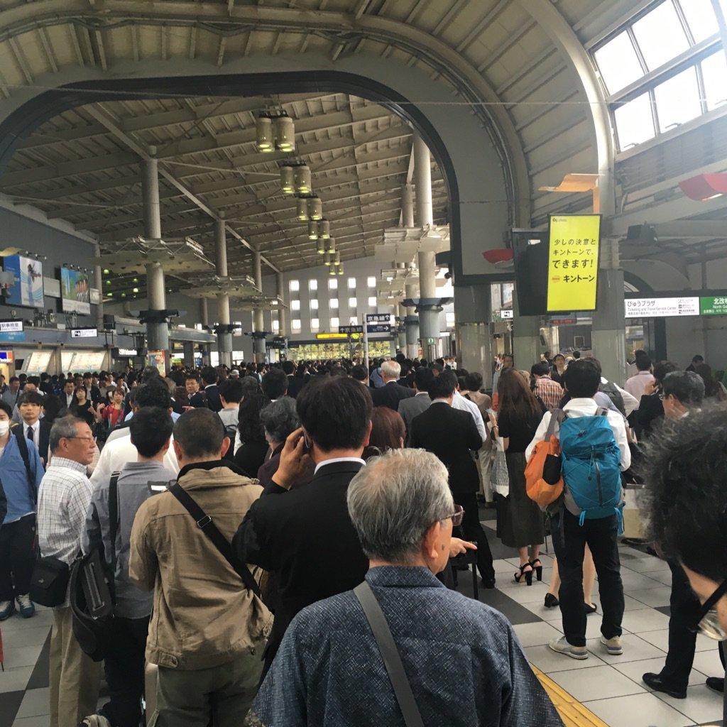 羽田空港の事故の影響で、新幹線の切符売り場に大行列。こんな風景みたことない。 https://t.co/bQ2hOaupvb
