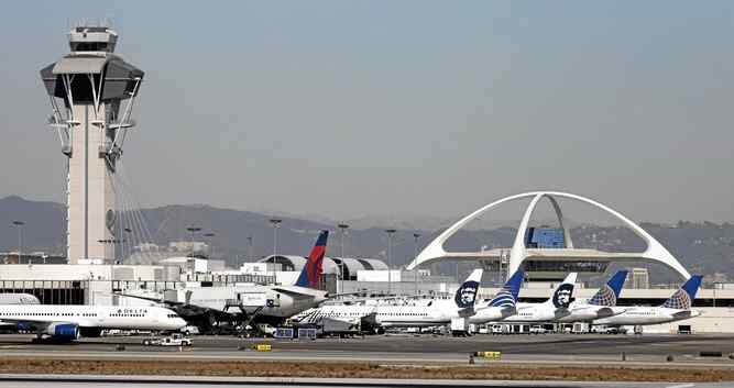 Hour-long equipment outage at LAX causes 145 delays, 7 cancellations