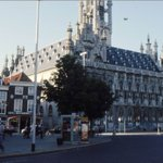 3 fotos van Middelburg in 1975. met St. Joris, t Raedthuys en de Poffertjeskraam. https://t.co/ueCutTLkv7 https://t.co/IHHybPOx9y