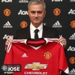 OFFICIEL ! José Mourinho a signé un contrat de 3 ans avec Manchester United ! https://t.co/0CoLnYv6ko