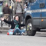 Ce manifestant na pas froid aux yeux #manif26mai #Paris #LoiTravail https://t.co/OwdYtJ4rjD