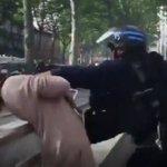 Video: un CRS agresse une femme à Toulouse https://t.co/DXZr1RaB2h https://t.co/SBAyWJCx4z