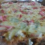 #pizza de crema de gorgonzola, jamon york y mozzarella!! #FelizViernes #BuenFinDeSemana https://t.co/bHAFqTZiel