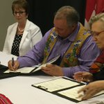 Historic signing between @Carolyn_Bennett & @MBMetis_MMF! Protocole dentente historique! #cdnpoli #polcan https://t.co/09cLqImNTy