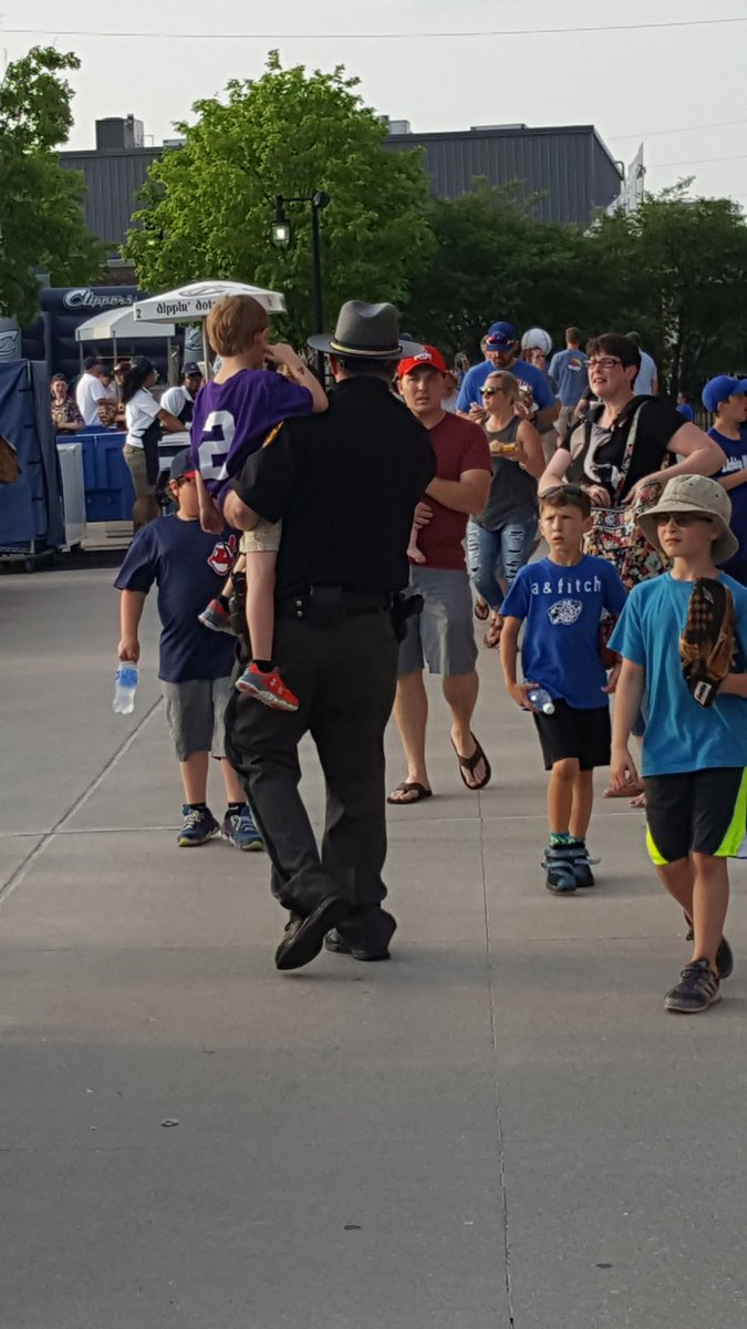 @OHFCSO a deputy Sheriff walks this young man back to his family after losing them at the ballpark. #ProtectAndServe https://t.co/Vc8J8cvYJA