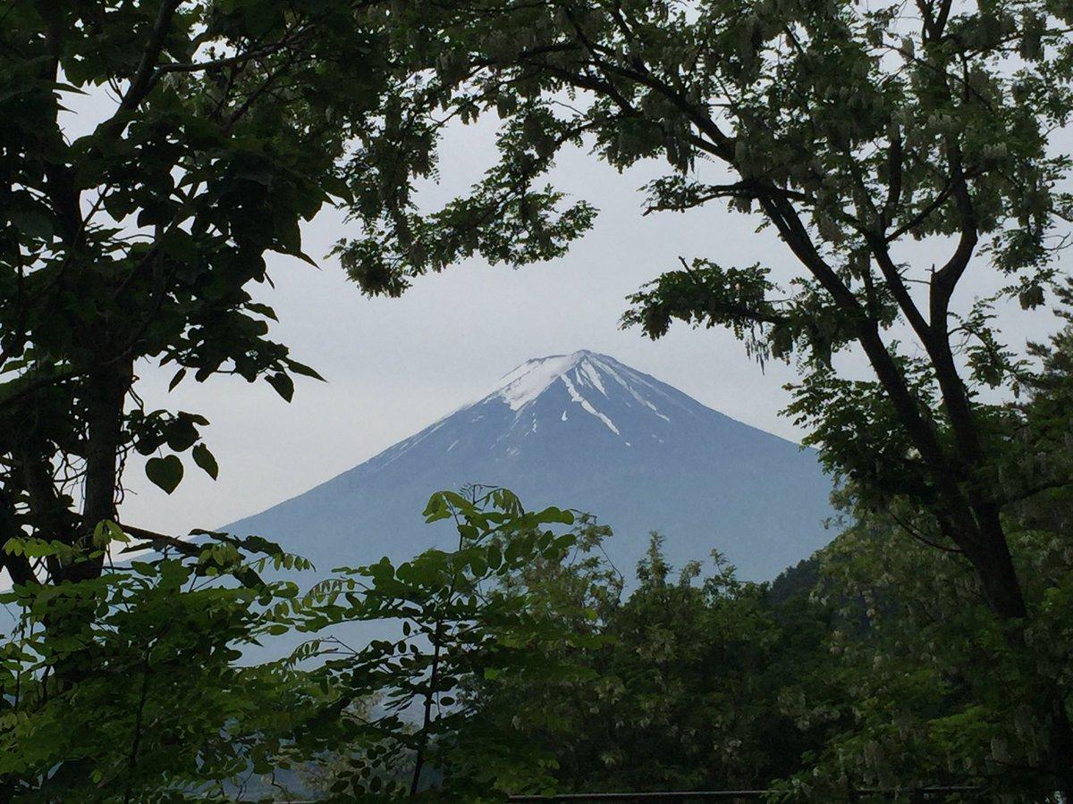 おはようございます。 今朝の今の富士山、河口湖近くから。 少し霞んでいます。 https://t.co/s7e8s7T02h