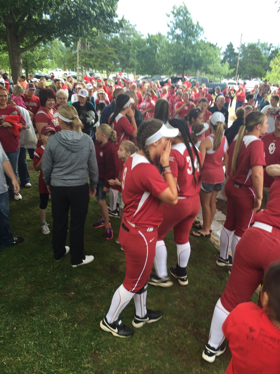 During the rain delay, the @OU_Softball team came outside to thank the fans waiting in line. #Sooners #very cool https://t.co/zwvISG7eKn
