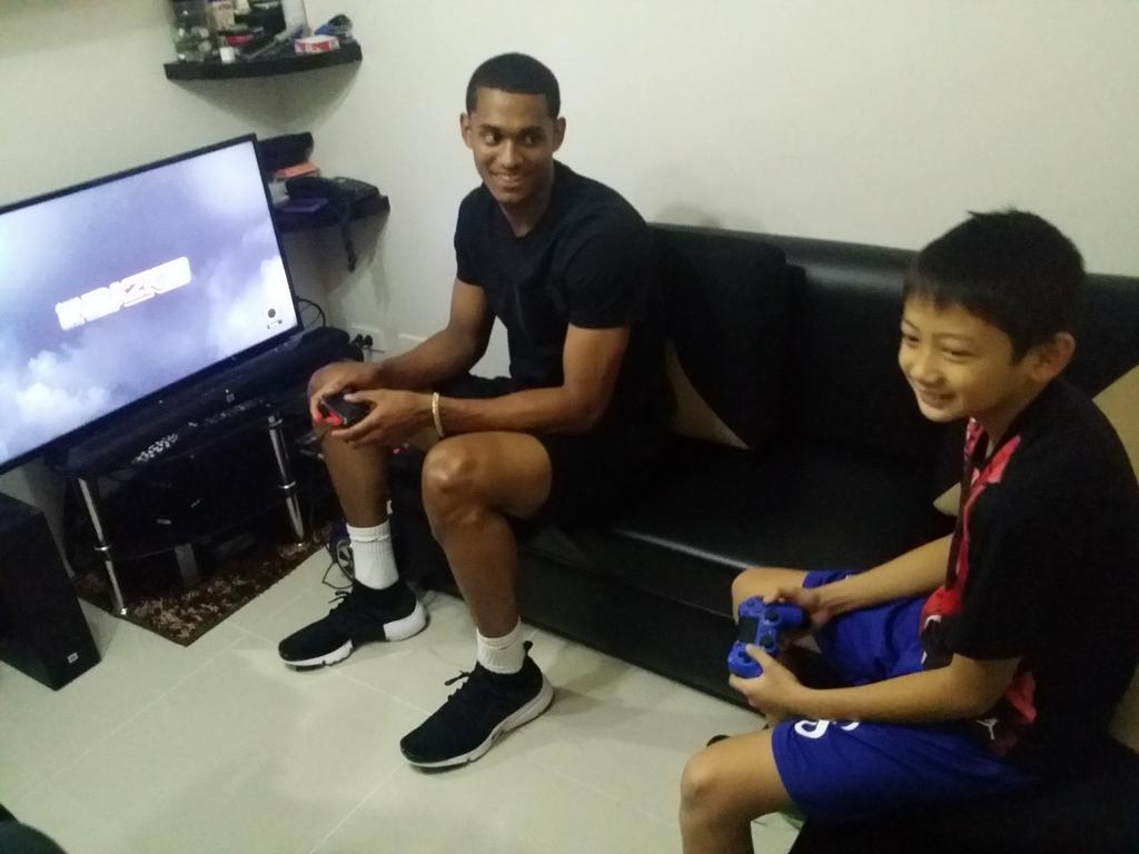 Clarkson visits 10 yr old Jordan Salandanan at SM Blue condo, now playing video game with the 6th grade Ateneo fan https://t.co/XjqAC62r1N