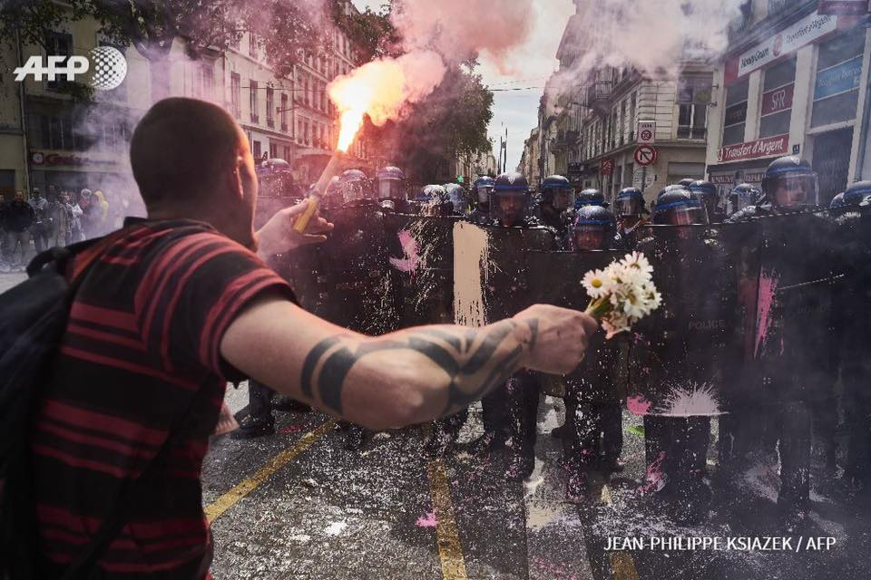 Stunning @AFPphoto from French labour reform protests. Like something out of The Watchmen https://t.co/BnVH374GIQ
