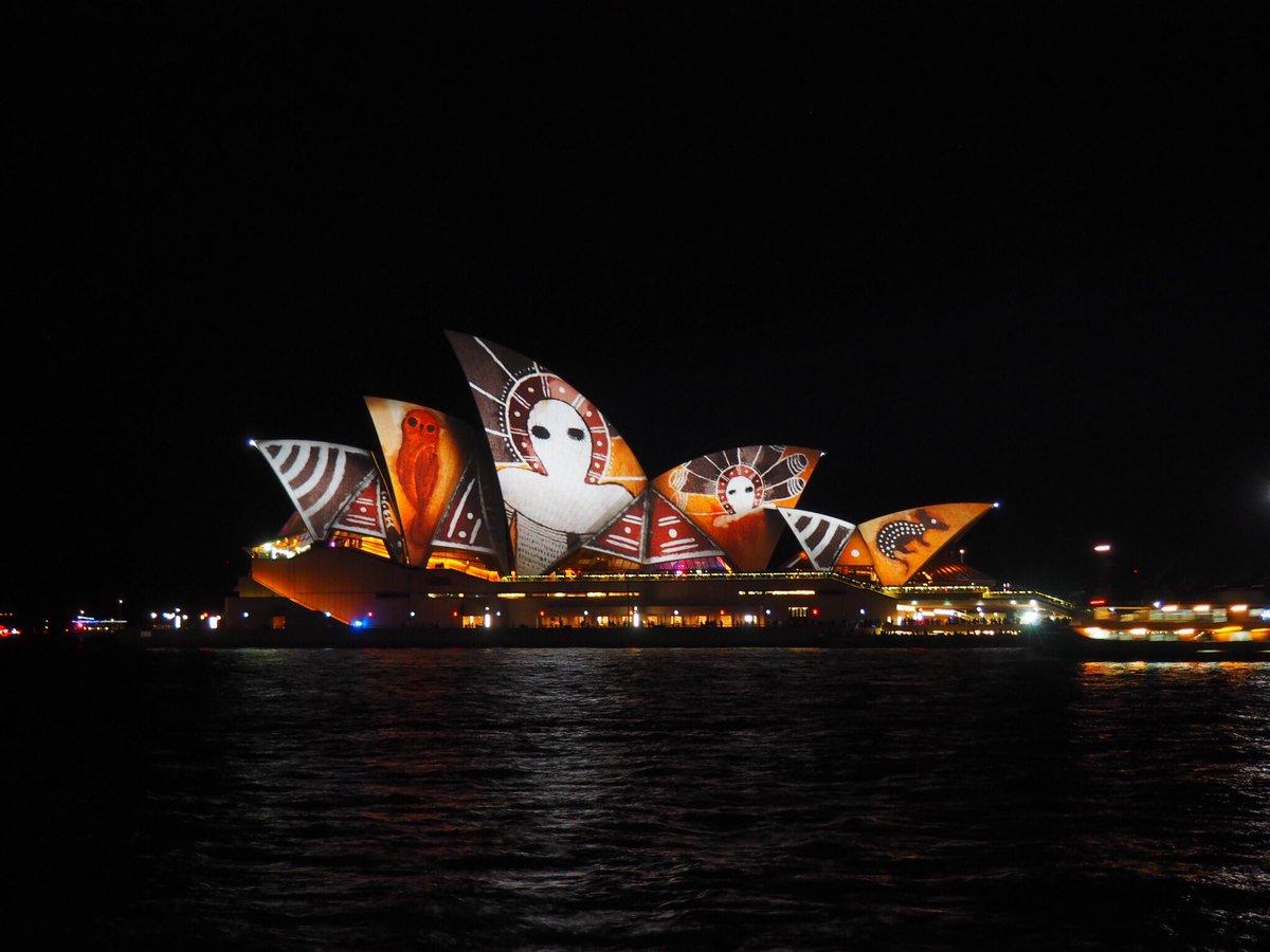 Gosh the harbour looks so alive with light & colour #vividsydney #ilovesydney https://t.co/1gCj3oz1BH