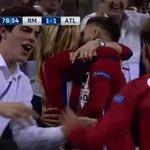 Carrasco fez o gol e comemorou dando beijinho na namorada. https://t.co/cjWFS7Aeyb