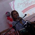 AHORA:La distinguida esposa del Diputado @Hamletamadomelo Licda. @YENYPEREZTORRES expresa palabras de agradecimiento https://t.co/0KMVGVOv3G