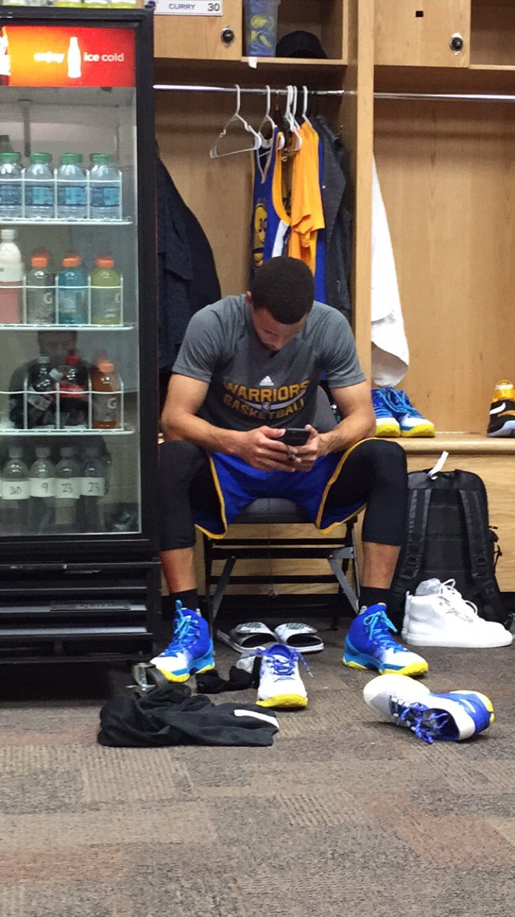 Curry getting in his zone at his locker https://t.co/IMnQAcFwxe