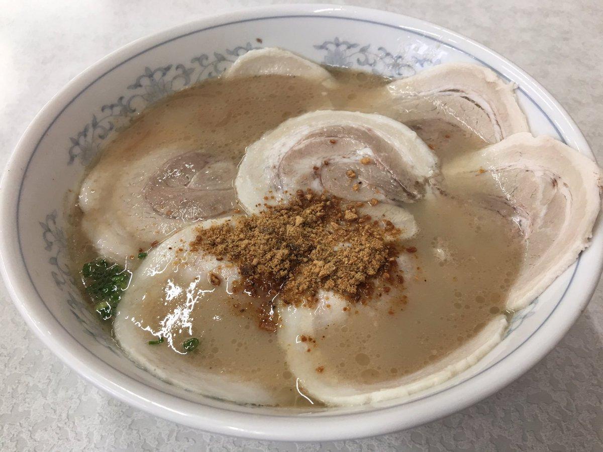多くの飲食店は再開してます。地震による被害が無かった地域でも、風評被害により観光客が少なく、まだまだ売り上げが戻らないようです。県外の皆さん、熊本ラーメンを食べに来てください! (写真は桃苑のチャーシュー麺) https://t.co/ckNeyGKpOa