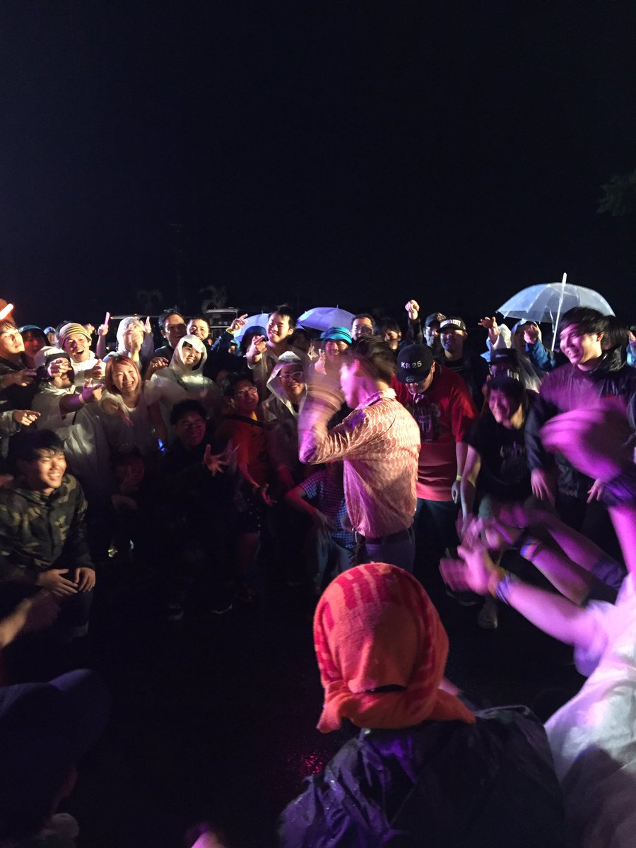 淡路島で雨の中ラブアンドロイドのステージに乱入したり、曲の途中で音が止まりヲタに囲まれ、歌い地下現場みたいになる清竜人25 https://t.co/URp7BKdJN2