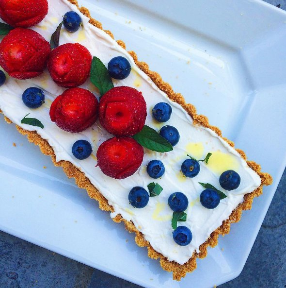 This tart filled with siggi's and topped with bright berries is really making us feel like it's Summer! https://t.co/fh9grPijVU