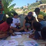 Biblioteca móvil en #Bahía #Manabí trabajando con niñas y niños afectados por el terremoto del 16/04 #Ecuador https://t.co/zUfaak3y5s
