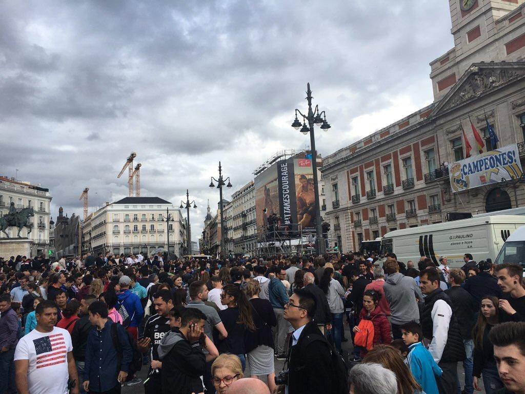 In madrid realmadriden fans gathering in the puerta del for Puerta 8 bernabeu