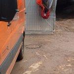 Diesen Gullideckel drückte das Wasser auf. Die 2 Männer wurden eingesogen und starben. #Unwetter #schwaebischgmuend https://t.co/g8E5qDuJXq