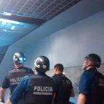 La Unitat de Subsòl revisa els túnels del #metrobcn on estarien amagats la resta de persones que hi han accedit https://t.co/O88iHi9RQz