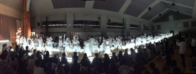 #京都造形芸術大学 の名物授業「マンディ」の中でも、ひときわ華やかな「ペーパーファッションショー」が開催されました。使用できるのは和紙だけという厳しい制限があるので、造形的な工夫を凝らす必要があります。 https://t.co/RfHYjqOaEn