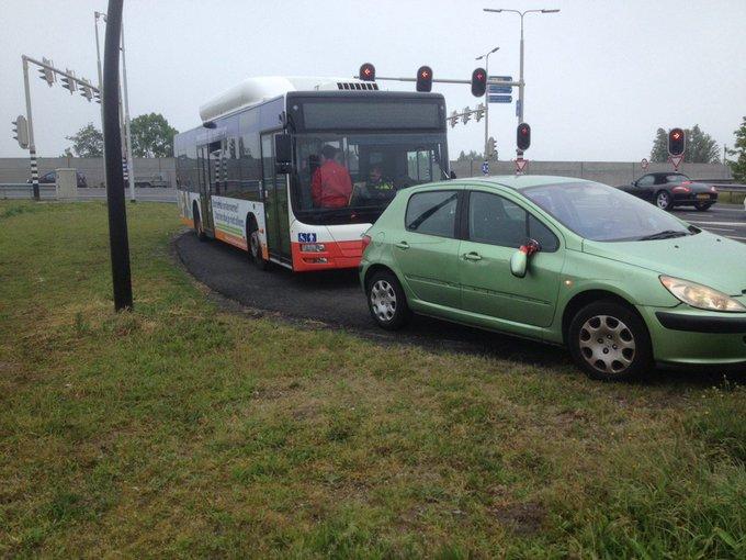 Ongeluk op de Wippolderlaan Wateringen tussen bus en personenwagen. Schadeformulieren worden ingevuld https://t.co/V2ynGOYKoq