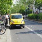 """BVG """"Ich darf überall fahren/parken."""" Und fährt und parkt auf dem #Radweg Schloßstraße. Stimmt das, @polizeiberlin ? https://t.co/vRppT5OrRg"""