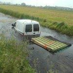 Een heel andere vorm van wateroverlast. Bij de N481: auto met aanhanger in de sloot. Levert wat vertraging op. https://t.co/6PhtBKRj8B