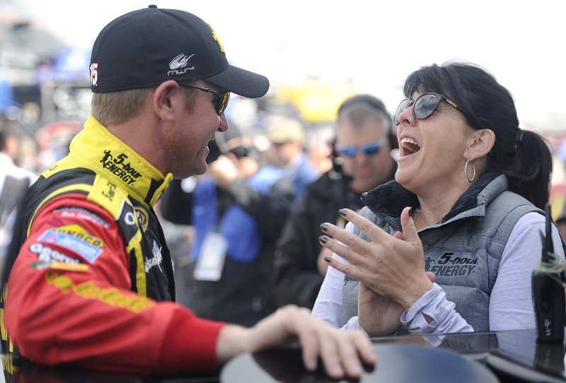 Happy Birthday @ClintBowyer -not very many people have the ability to make people laugh like you do. Enjoy your day. https://t.co/cI8sCx3Knt