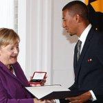 """""""Ein niederträchtiger & ein trauriger Satz"""": Merkel verurteilt #Gauland-Äußerung #Boateng https://t.co/5hFdljQ8H0 https://t.co/PSm2jdNjsU"""