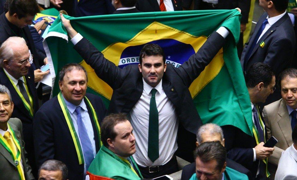 Deputado do PSDB que dedicou voto do Impeachment ao Pai, tem o pai preso em MG - https://t.co/ZtYZxU7kpC https://t.co/GXTLS3YwKl