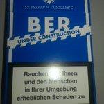 Zum #BER gibt es neue Zigaretten in #Berlin. Hoffentlich klappts hier mit der Entrauchung https://t.co/bYiPGwU2Fz