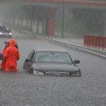 Ik ben zo benieuwd naar het verhaal achter deze foto. Kan de Audi meneer niet lopen? Bang nat te worden? #noodweer https://t.co/TZcNYpj9xC