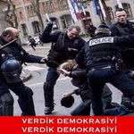 Fransız Polisi Eylemcilere Demokrasi Ayarı Verirken..! #FranceisnotsecureforEuro2016 https://t.co/eS0DNikKZL