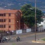 Enfrentamientos en la Av ULA trancada por efectivos de la PNB. Tomar vías alternas #Tachira https://t.co/hfT1HQQIdB Via @une7e
