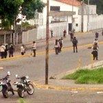 via @Birrilly: Batalla campal en la Av ULA con Ferrero Tamayo de San Cristóbal entre encapuchados y PNB Av https://t.co/pgFjwKWziU #Tachira