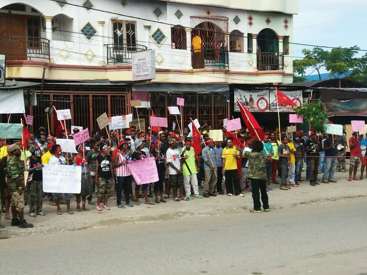 Demos now underway in Waena, Papua despite massive intimidation by 1000s of security forces #LiveUpdatesPapua https://t.co/xtCfK4l9W7