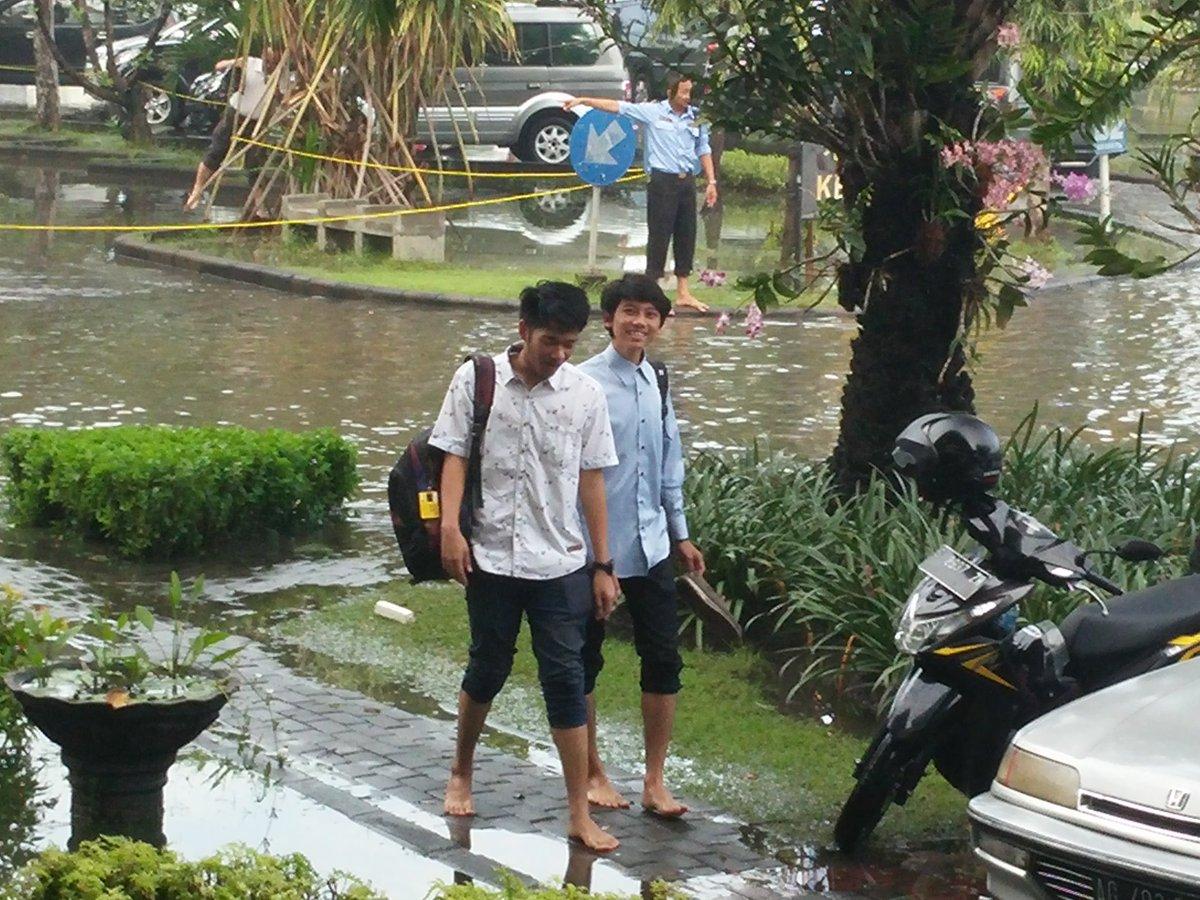 新入生が裸足で続々とw でもみんな笑顔。これぞインドネシア! 8月の入学式は晴れますように。 https://t.co/U4lnTK1H5A