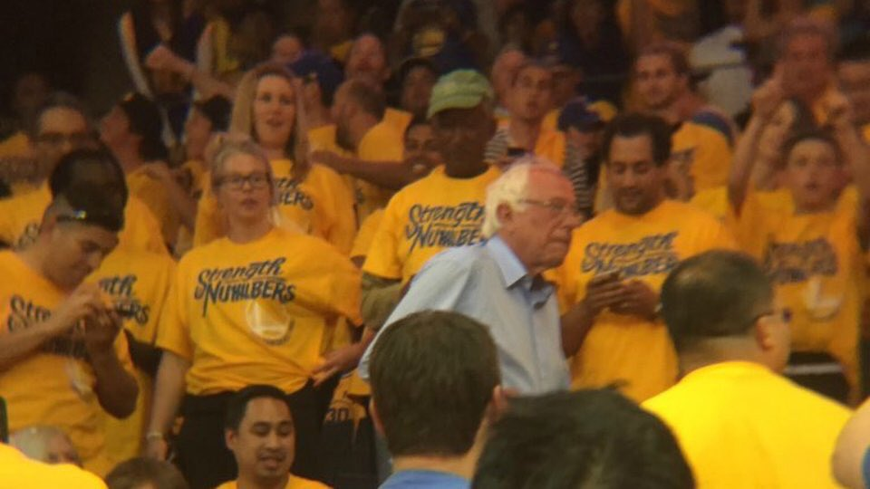 Bernie Sanders can't be bought with your yellow promotional t-shirts. https://t.co/G6EaixhaBz