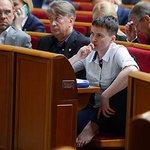 Привычка после СИЗО: в Раде Савченко сняла обувь и с босыми ногами залезла в кресло https://t.co/XK7ptiQxHv https://t.co/EPWfBvUPgW