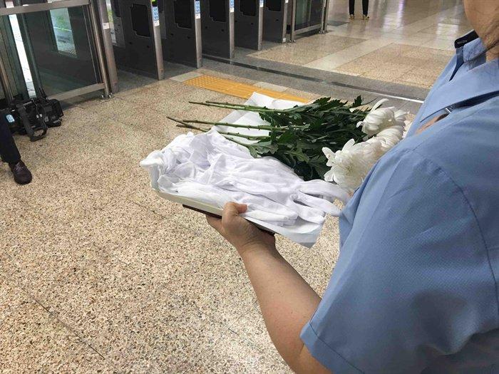 메트로에서 정치인들이 방문 한다고 근무자에게 국화꽃과 하얀 장갑을 들고 대기 시켜놓았음. 다 제정신이 아닌듯 #moi [#구의역스크린도어사고] https://t.co/eANqUzpCcr https://t.co/5H5d3ZsEYc
