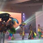 Artistas del show de #MarcaHonduras lucen coloridos y vistosos trajes elaborados a mano. #EncuentroMarcaPaisHonduras https://t.co/YFGuNykGlG