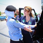 .@QueenRania makes a quick stop to greet a policewoman on her way to #Irbid #LoveJO #Jordan https://t.co/SrX78PtCPs