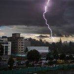 .Fuerte tormenta eléctrica cae en estos momentos en #Quito. Maneje con precaución. https://t.co/pfED4GcDPJ