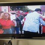 El país cayéndose a pedazos sin seguridad, medicinas y alimentos y la gente muriéndose y Maduro bailando feliz https://t.co/gUzOMXmZR4