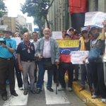 A pesar d todos los obstáculos los adultos mayores, lograron entregar el documento en Miraflores:bono alimentario ya https://t.co/O77gz9UcXa